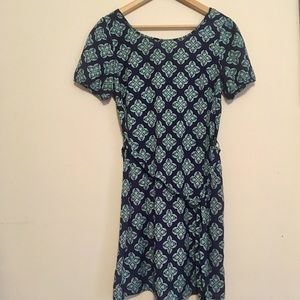 Patterned shift dress w tie at the waist